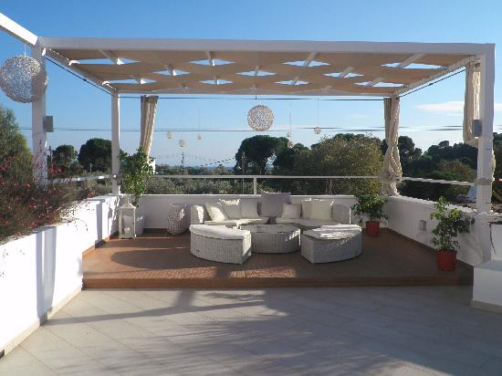 Skiathos Premier Hotel: Space to lounge in the shade