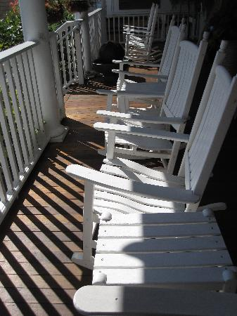 Vineyard Square Hotel & Suites: Front deck seating area