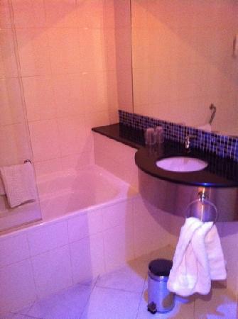 B&B Hotel Madrid Airport T1 T2 T3 : baño