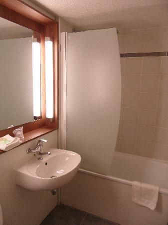 Campanile Grenoble Université - Saint Martin D'Heres : la salle de bain