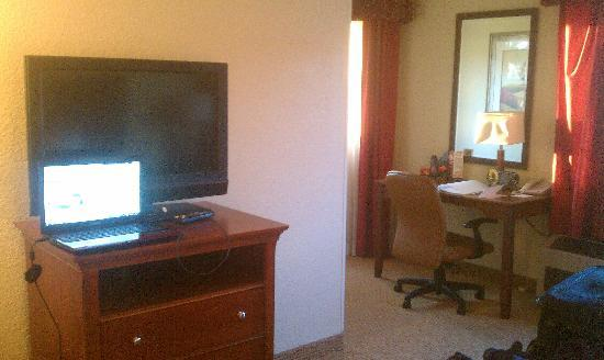 Holiday Inn Flint: flat screen and desk area in my room