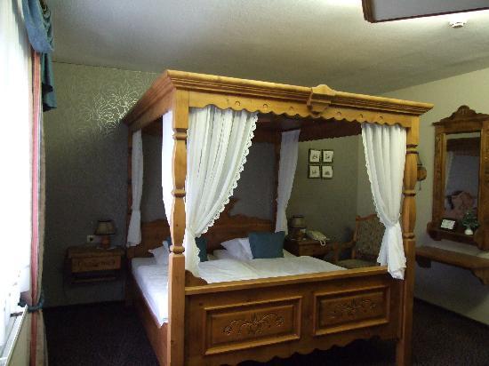 Hotel Butgenbacher-Hof: 4 Poster Bett