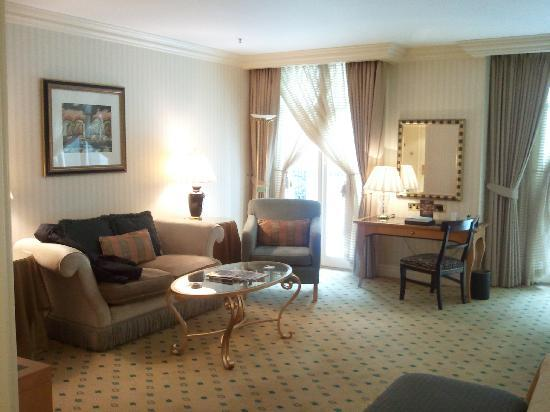 The Landmark London: Spacious and comfy lounge area to the room