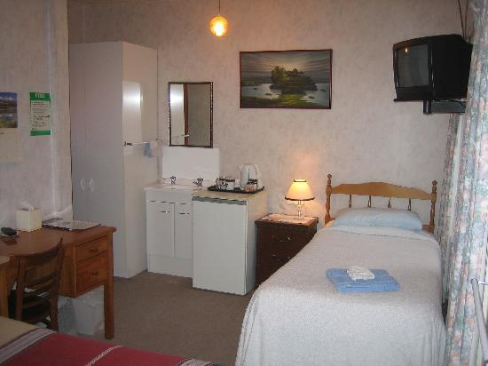 Thistle Guest House: Triple room with double and single bed