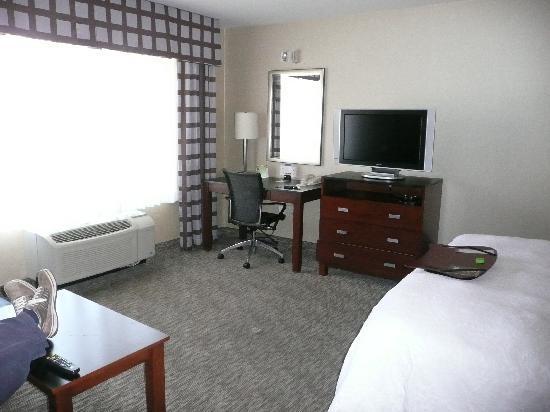 Hampton Inn Santa Barbara/Goleta: TV and desk