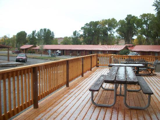 The Longhorn Ranch Lodge & RV Resort: Outside deck