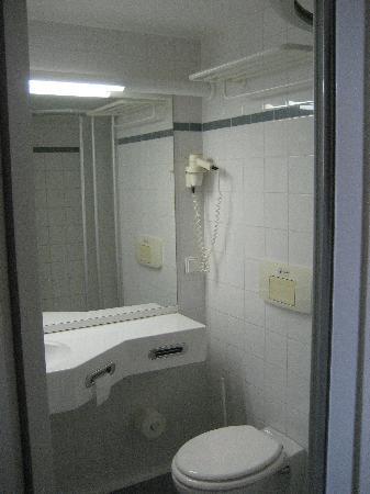 IntercityHotel Kiel: Kleines, aber sauberes Bad