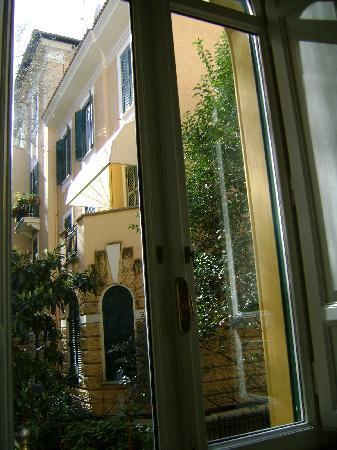 Carlito Hotel and Hostel: Desde la habitación se ve la Embajada de Rusia