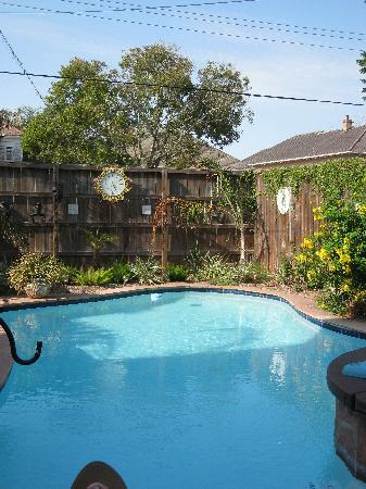 Coastal Dreams Bed & Breakfast: Pool and Hot Tub area