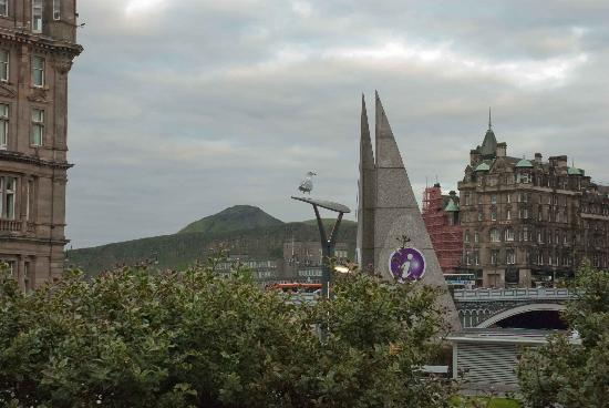 VisitScotland Edinburgh Icentre: The purple signs mark the location of the centre very well