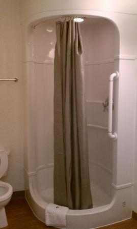 Motel 6 Albuquerque - Midtown: Tiny space looking shower