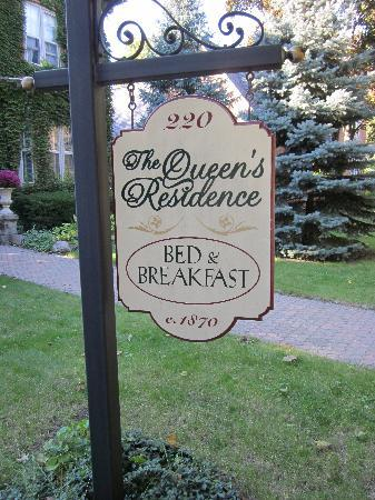 The Queen's Residence B&B: Sign