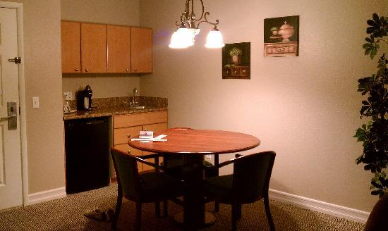 Tuscany Suites & Casino: Kitchenette area