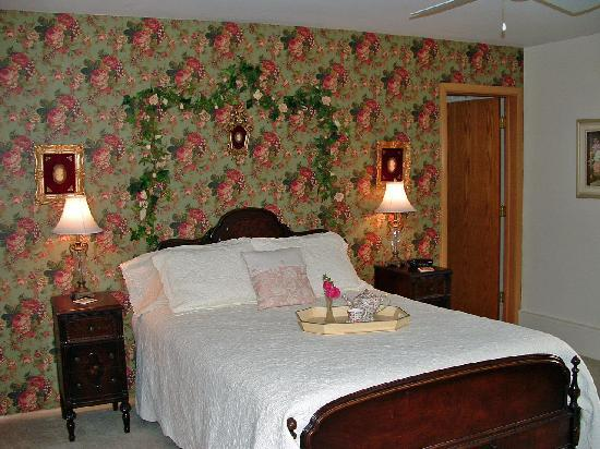 Morning Glory Bed and Breakfast: Champagne & Roses Suite Bedroom