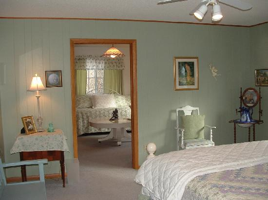 Morning Glory Bed and Breakfast: Garden Room Suite