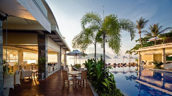 Serenity Resort & Residences Phuket: Relax by the waterfront bar and lounge.