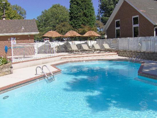 Cloverleaf Suites Charlotte: Outdoor Pool