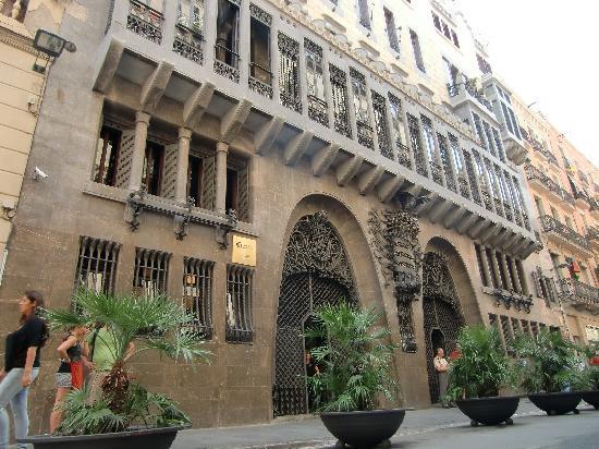 重厚な外観 - Picture of Palau Guell, Barcelona - TripAdvisor