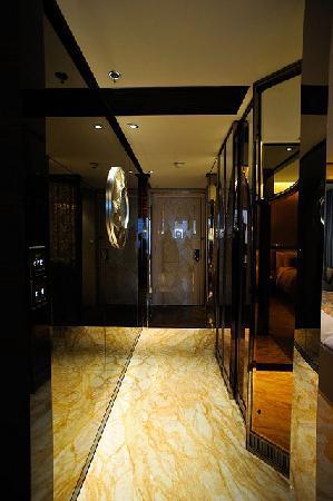 เดอะ ริทซ์ คาร์ลตัน เซี่ยงไฮ้ ผูตง: Entrance to my room