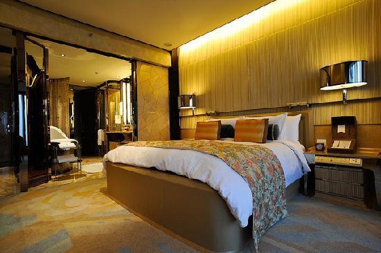 เดอะ ริทซ์ คาร์ลตัน เซี่ยงไฮ้ ผูตง: Luxurious bed and multifuncion console