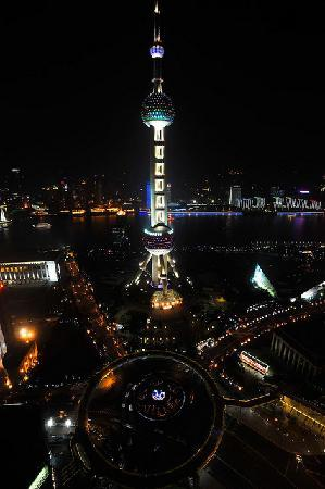 The Ritz-Carlton Shanghai, Pudong : View of Oreintal Pearl Tower at night