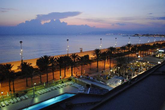 Apartamentos Pil-lari Playa: Kveldsutsikt fra rommet