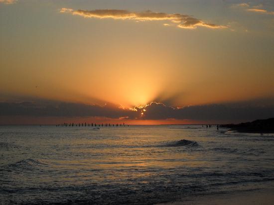 Monte Hermoso, Argentina: El sol se pierde en el mar