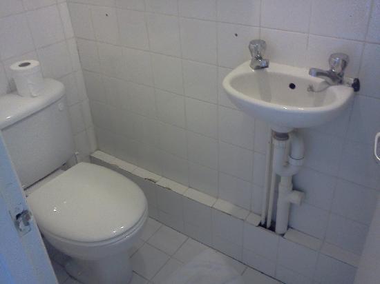โรงแรมฟิทซ์รอย: the bathroom