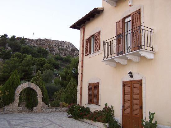 Villa Caltafaraci B&B: VISTA LATO OVEST CON COLLINA