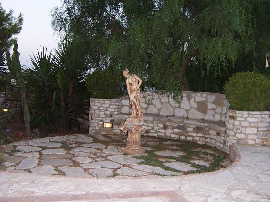 Villa Caltafaraci B&B: GIARDINO CON SEDILE IN PIETRA