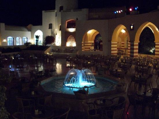Iberotel Makadi Beach: Night time courtyard