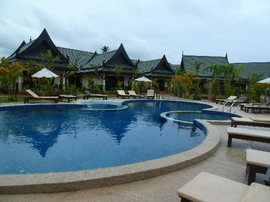 Airport Resort & Spa: Accommodation and pool area