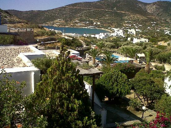 Alexandros Hotel: The view of the village and beach from hotel