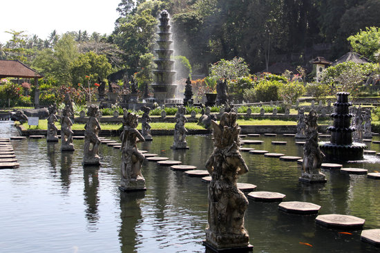 Tirta Gangga: Statues and fountain