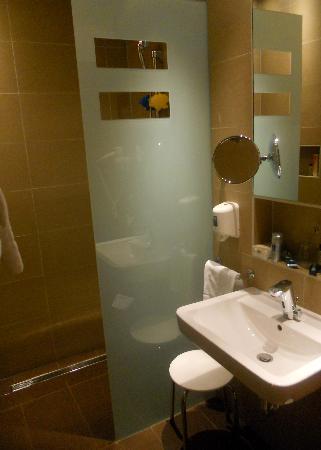 Hotel Süd: Modern Wash Rooms