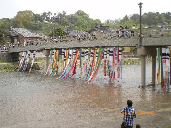 Higashichaya Old Town : 橋に飾られたこいのぼりです
