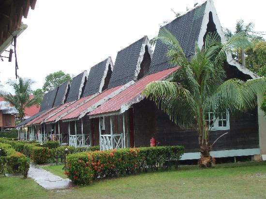 Lagenda Permai Chalet: Chalets from the outside - need maintenance inside