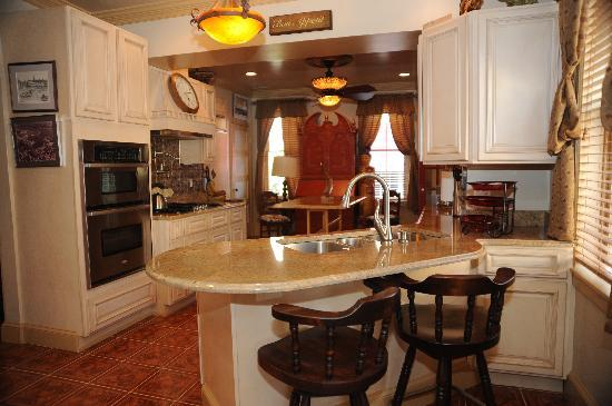 Academy Bed and Breakfast: Enjoy a gourmet breakfast in the spacious, luxurious kitchen area