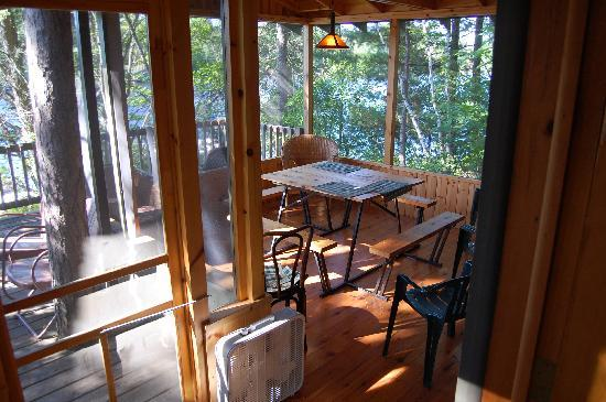 Ludlow's Island Resort : Screened Porch at Coffeetime