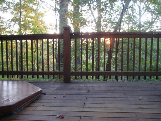 Whisperwood Farm B&B, Creekwalk Inn and Honeymoon Cabins: The back deck has a hot tub and porch swing.