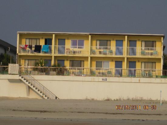 Beach Haven Inn: Beach side of hotel.