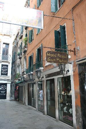 Hotel Royal San Marco : Situacion del hotel. Entrada principal