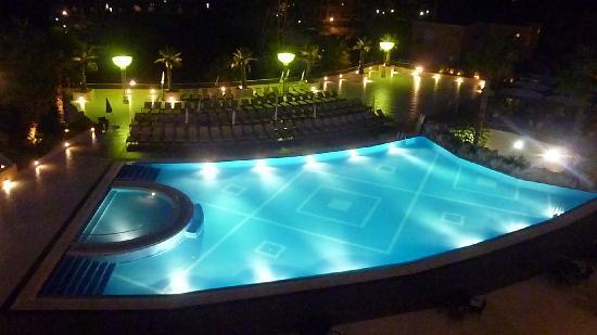 Furnari, Italia: Veduta  notturna della piscina dalla stanza