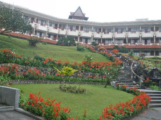 Sinabung Resort Hotel: Hotel view from pool area