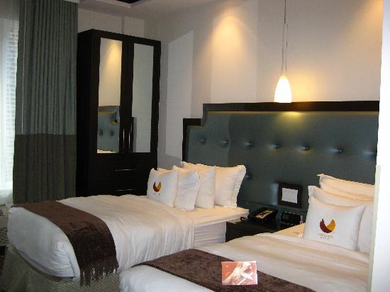 The Condor Hotel: bed
