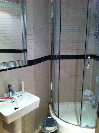 bagno ristrutturato da poco foto di linden house hotel. Black Bedroom Furniture Sets. Home Design Ideas
