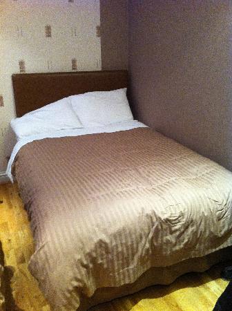Linden House Hotel: Uno dei due letti