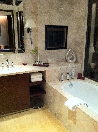 Fairmont Beijing : bathroom