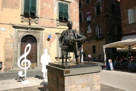 Paris Boheme Bistrot  Cucina Autentica: Mr Puccini sits outside in the piazza