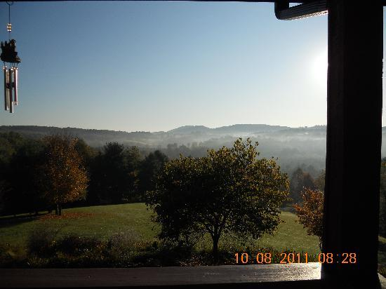 Mountain Song Inn: Morning mist view